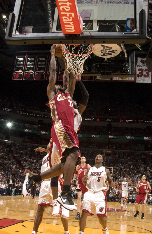 lebron james and dwyane wade wallpaper. lebron james wallpaper dunk.